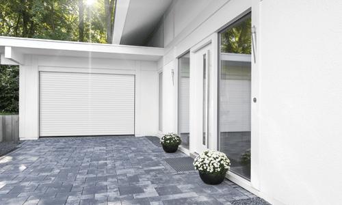 Porte de garage enroulable maison blanche