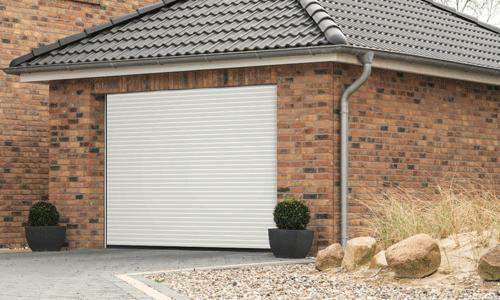 Porte de garage enroulable maison en brique